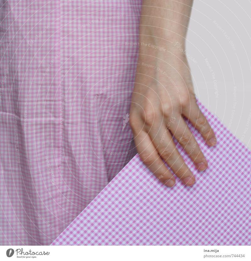 rosa Karomuster Hand 1 Mensch 13-18 Jahre Kind Jugendliche 18-30 Jahre Erwachsene 30-45 Jahre Stoff kariert weiß gleich Muster Papier Bildausschnitt