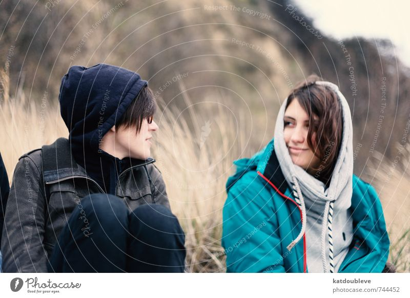 amis schön Erholung ruhig kalt Liebe feminin grau lachen Glück braun Zusammensein sitzen Armut Lächeln Kommunizieren Hoffnung