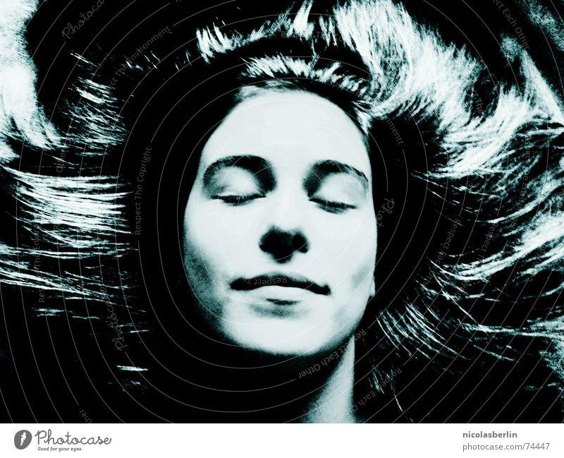 friday 13th weiß schwarz schlafen Frau Frieden träumen Gesicht face Haare & Frisuren hair ruhig sleep pretty woman white black blue Kontrast dream
