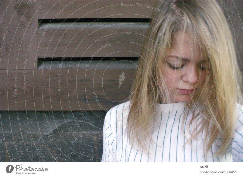 einfach sein V Frau Natur Mädchen Einsamkeit Haus Gesicht Auge Haare & Frisuren Kopf Mauer Traurigkeit Denken sitzen Nase Trauer Hütte
