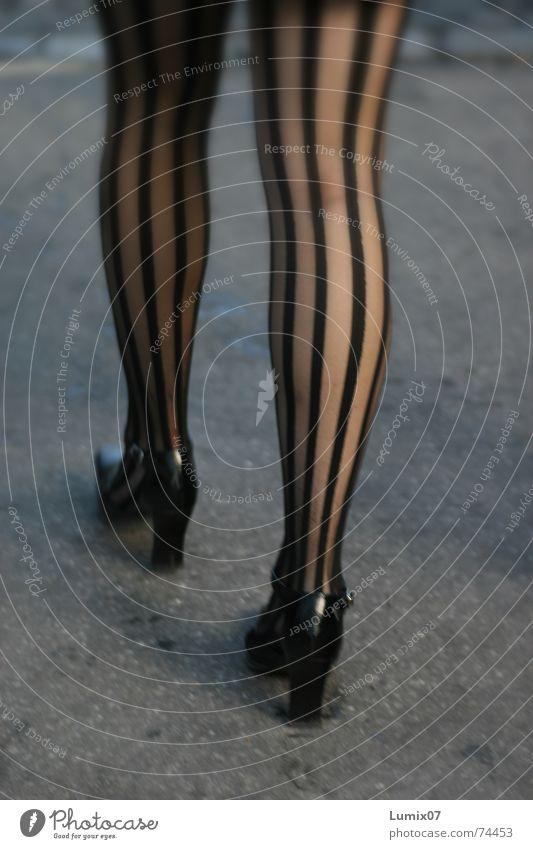 bene Frau schwarz Beine lang gestreift Damenschuhe Fetischismus