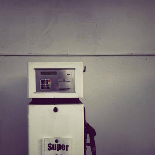 SUPER Technik & Technologie hässlich grau Senior Benzin Tankstelle Tankstopp Zapfsäule Farbfoto Gedeckte Farben Außenaufnahme Menschenleer Textfreiraum rechts