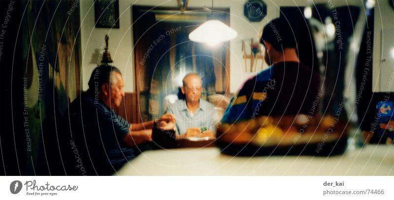 boing und exusu beim gemütlichen Bier Mann Erwachsene mehrere Feierabend Kneipe Kartenspiel Skat Stammtisch