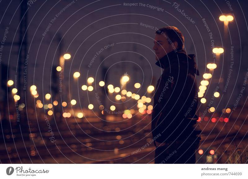 Abwarten Junger Mann Jugendliche Personenverkehr Bahnfahren Bahnsteig beobachten Denken frieren Ferien & Urlaub & Reisen Blick stehen dunkel Ferne Vorfreude