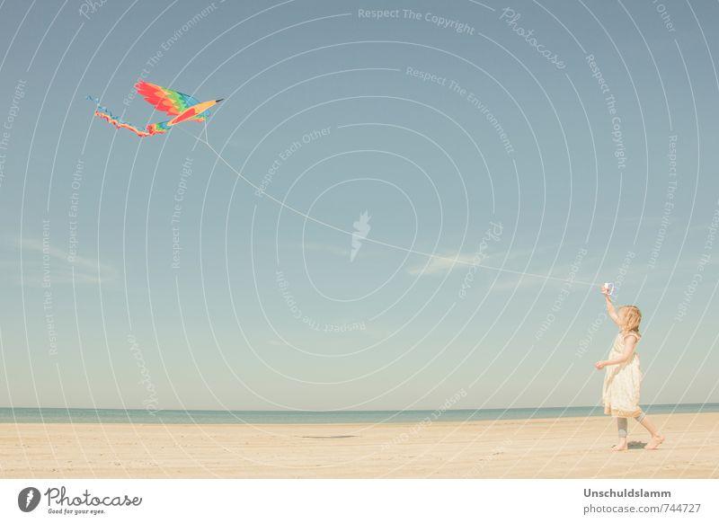 Vögelchen, flieg! Mensch Kind Himmel Ferien & Urlaub & Reisen blau schön Sommer Mädchen Freude Strand Spielen Glück hell fliegen Vogel Freizeit & Hobby