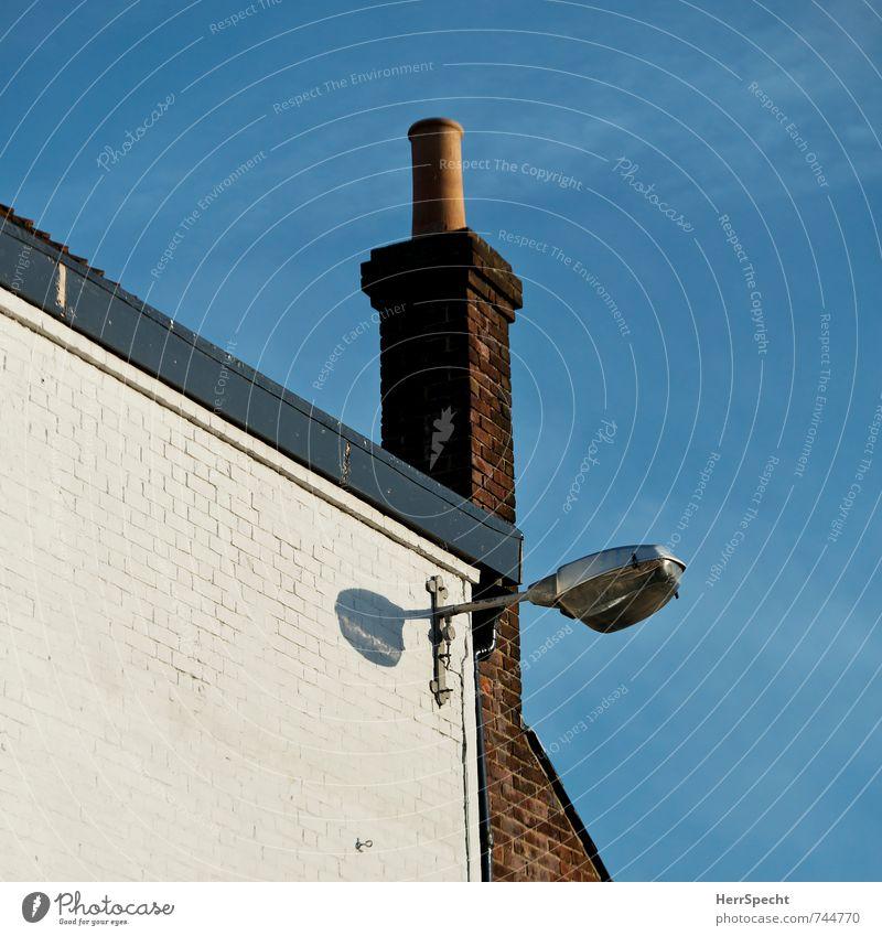 + London England Stadt Haus Bauwerk Gebäude Mauer Wand Fassade Dach Schornstein alt blau braun grau weiß Straßenbeleuchtung Lampe Befestigung Backstein