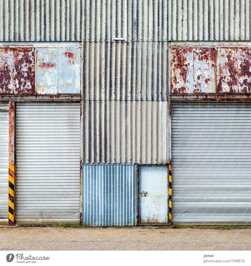 Portal geschlossen Fassade Tür Tor Metall alt hässlich retro blau braun gelb grau schwarz Vergänglichkeit Wellblechwand Linie Rost Patina Farbfoto