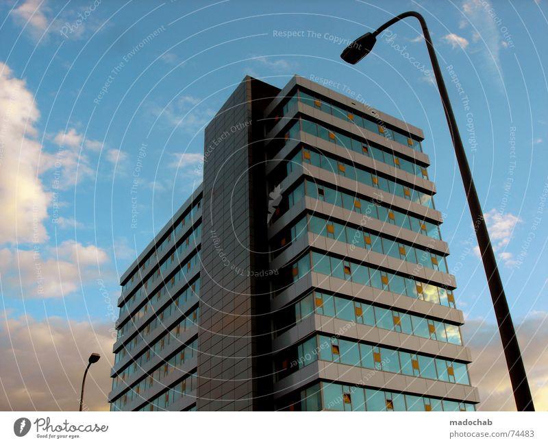 ORIGINAL | PLASTICWORLD Himmel blau Stadt Wolken kalt Freiheit Architektur Stil Gebäude Business Zufriedenheit Kraft Wohnung Fassade elegant fliegen