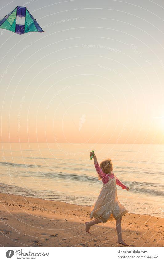 ...höher als die Sonne! Mensch Kind Ferien & Urlaub & Reisen schön Sommer Mädchen Freude Ferne Strand Leben Bewegung Spielen Glück Lifestyle Idylle Kindheit