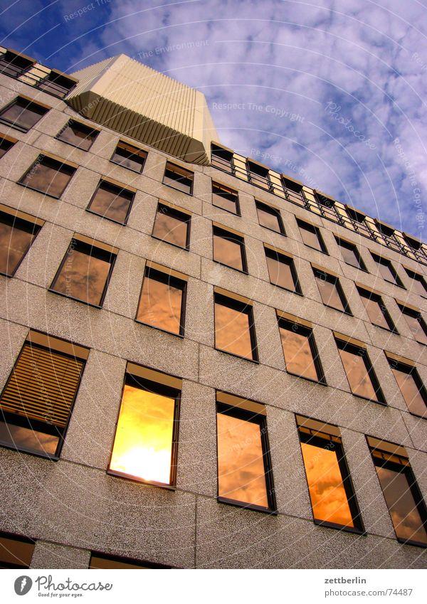 Wahre Glanzkraft Himmel Sonne Wolken Haus gelb Fenster gold Fassade Fälschung