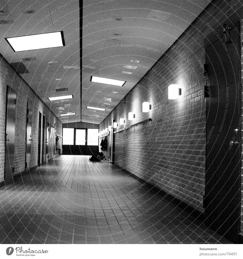 Neverending story Licht Einsamkeit Wand Bodenbelag Backstein Lampe Tanzfläche langer flur Schatten bw Tür Decke Linie Fliesen u. Kacheln Schwarzweißfoto