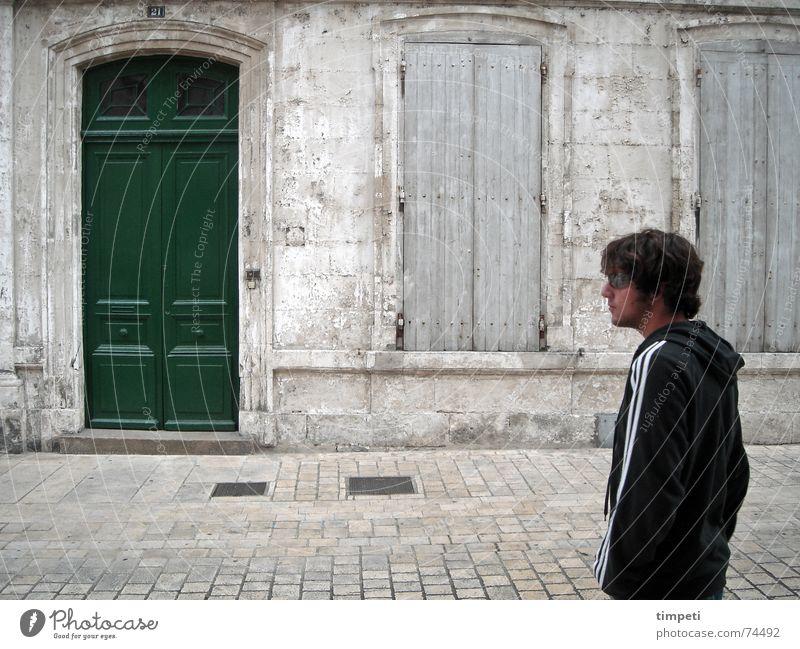 Hohe Tür grün klassisch Fenster kaputt geschlossen alt Haus zerbröckelt Mann Europäer Sonnenbrille dunkel gerade Gully Holz Verfall elegant Generation