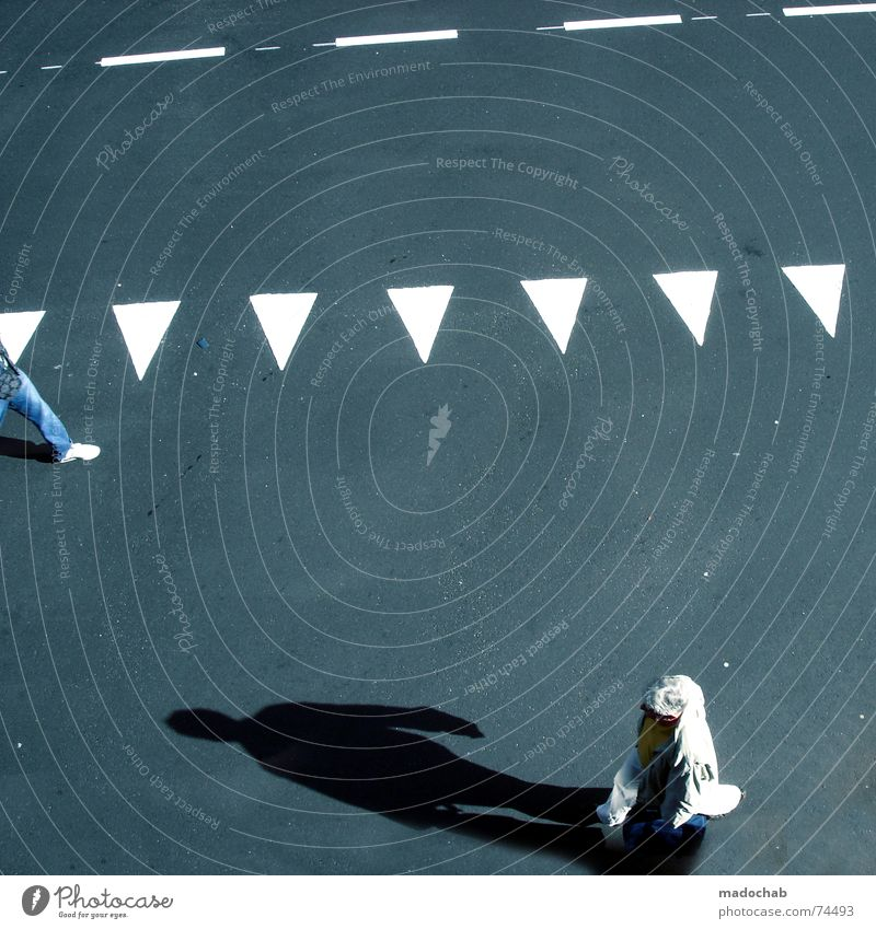 ERHÖHE AUF 2 UND WILL SEHEN Mensch weiß Stadt Straße Herbst grau Wege & Pfade Linie Hintergrundbild gehen laufen Schilder & Markierungen Verkehr trist Bodenbelag Hinweisschild