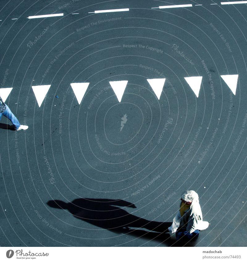 ERHÖHE AUF 2 UND WILL SEHEN Stadt Asphalt grau unten Fußgänger Verkehr trist Muster Hintergrundbild Strukturen & Formen Dreieck Kaugummi Richtung gehen