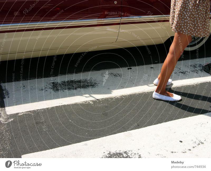 Elegante Frau mit kurzem Pünktchenkleid und weißen Ballerinas Lifestyle elegant Stil Freizeit & Hobby Ferien & Urlaub & Reisen Ausflug Sommerurlaub ausgehen