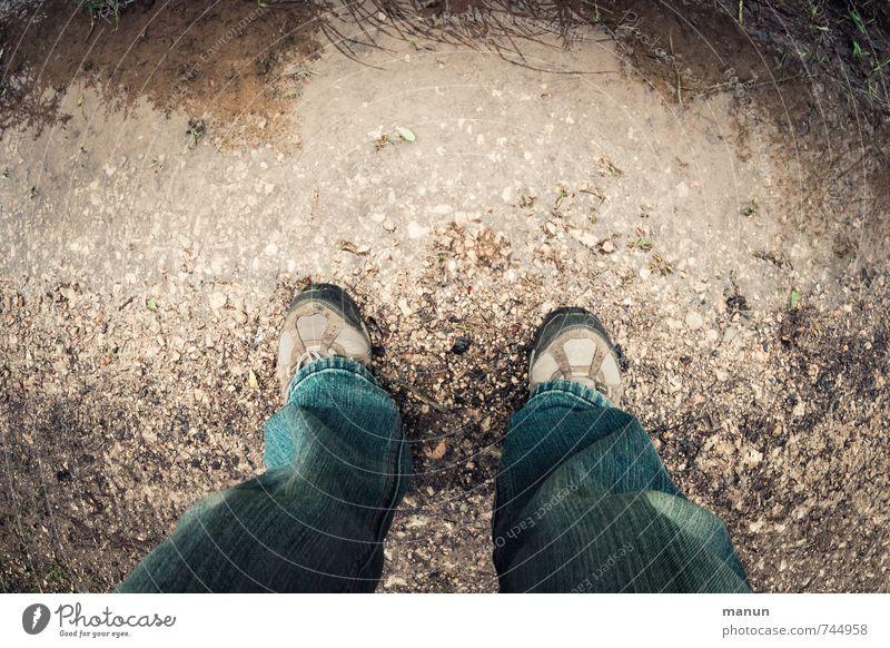 Wasserstand wandern Beine Fuß 1 Mensch Regen Pfütze Verkehrswege Fußgänger Wege & Pfade Schotterweg Schuhe Wanderschuhe stehen nass Perspektive Schwerpunkt