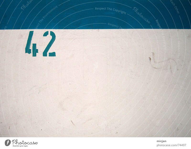 GROSSSTADT TIEFPARKE Parkhaus Mauer Wand Beton Zeichen Ziffern & Zahlen dreckig unten grau weiß Tiefgarage zweifarbig 2 4 Putz hart gerade blau Antwort Farbfoto