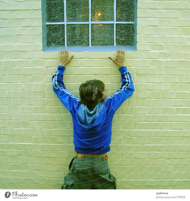 Rumhängen Mensch Mann Fenster Wand Mauer Kraft Angst gefährlich Aktion bedrohlich festhalten Jacke hängen Rettung Panik Täuschung
