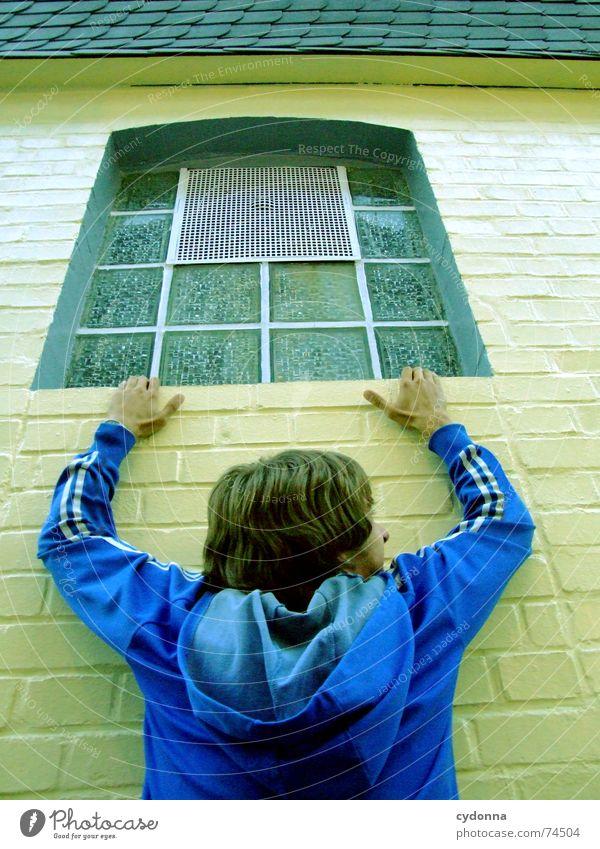 Rumhängen I Fenster gefährlich Absturz Wand Mauer Mann Jacke Aktion Rettung Angst Panik bedrohlich festhalten Mensch Kraft Täuschung Perspektive Inszenierung