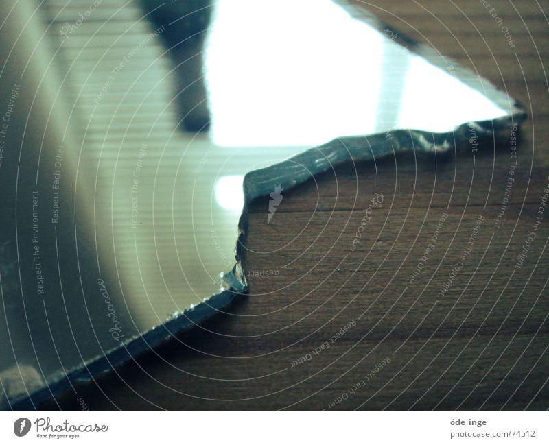 ins glas beißen Spiegel Tisch Holz Ecke Bergkamm Jalousie Reflexion & Spiegelung Licht Fenster Oberfläche Unschärfe Verfall kaputt Glas Maserung abgebrochen