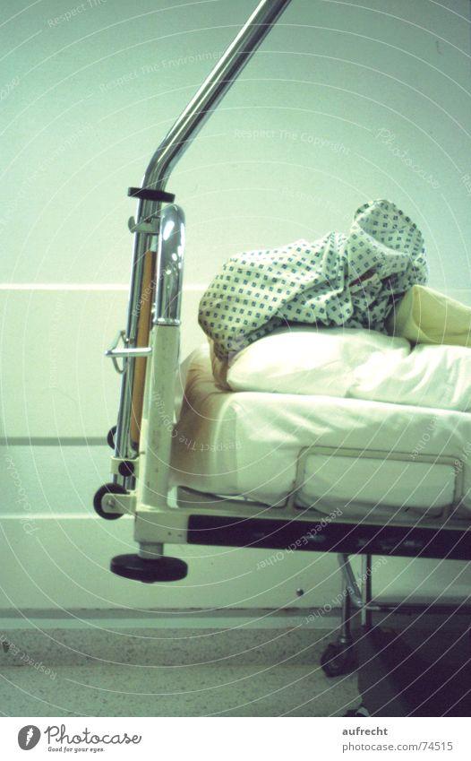 Bett grün schlafen Gesundheitswesen Arzt Krankheit Krankenhaus Station Kissen Notfall Kleiderbügel Nachthemd