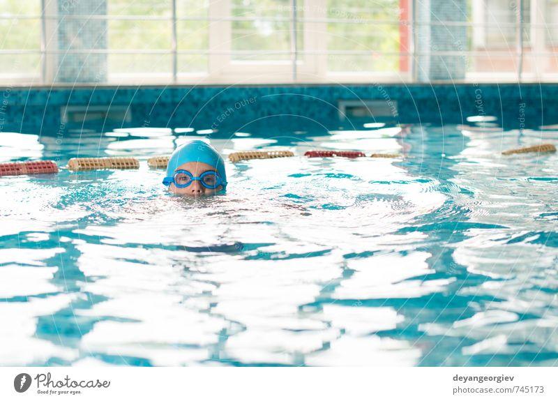 Kleiner Junge im Schwimmbad Freude Freizeit & Hobby Spielen Ferien & Urlaub & Reisen Sommer Sport Kind Schule Kindheit Lächeln Fröhlichkeit klein nass niedlich