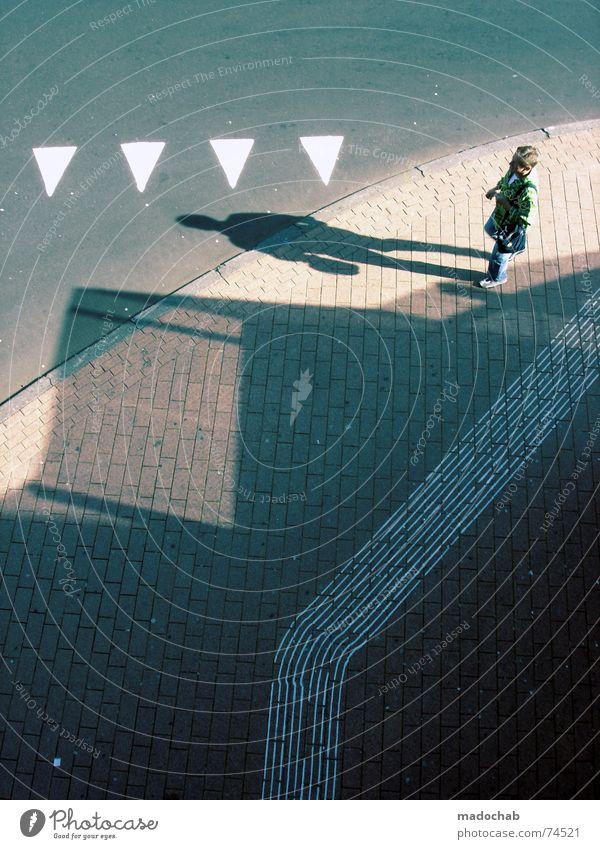 I'M REALLY SORRY Mensch weiß Stadt Straße Herbst grau Wege & Pfade Linie Hintergrundbild gehen laufen Schilder & Markierungen Verkehr trist Bodenbelag