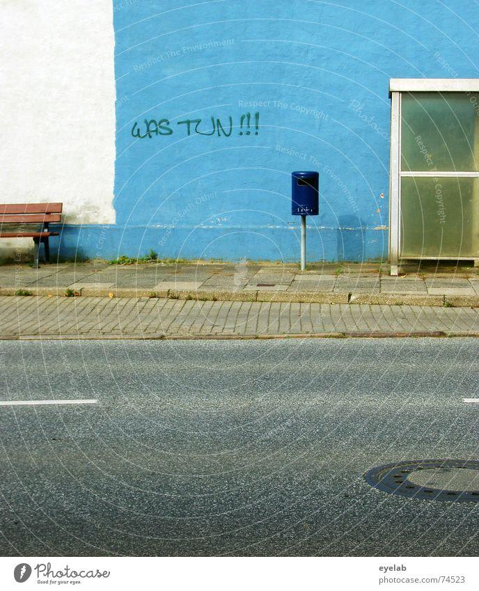 Was tun ! Wand weiß Müll Grunge Station Gully Bürgersteig grau Stadt Streifen blau blue white trashig Bus glass Straße street Bank grey alt old Mauer
