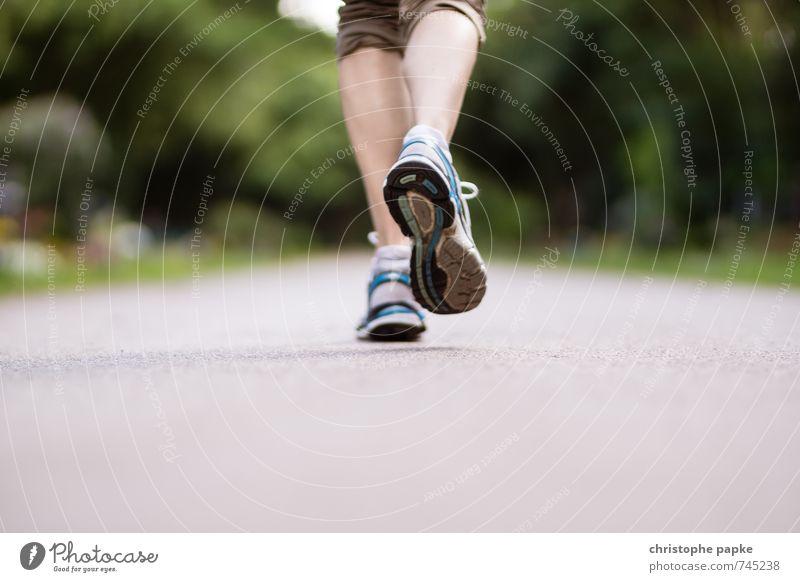 It's a long way Mensch feminin Sport Beine Fuß Freizeit & Hobby Park Schuhe laufen Fitness dünn sportlich Sport-Training anstrengen Sportler Turnschuh