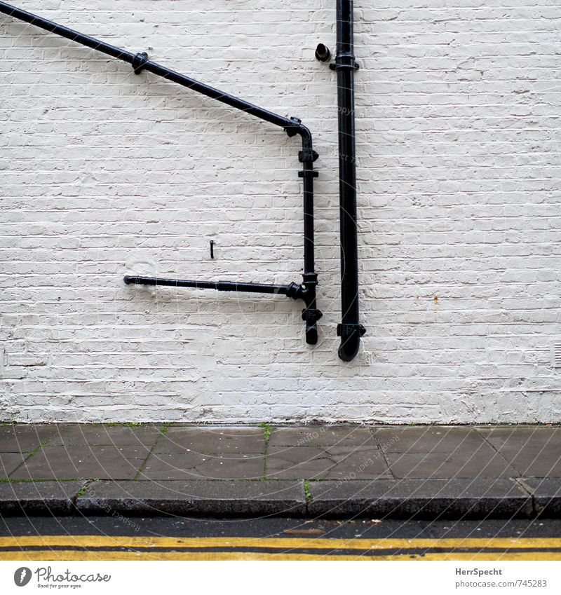 Inside out London England Stadtzentrum Altstadt Haus Bauwerk Gebäude Mauer Wand Fassade alt historisch gelb grau schwarz weiß Eisenrohr Rohrleitung Abwasser