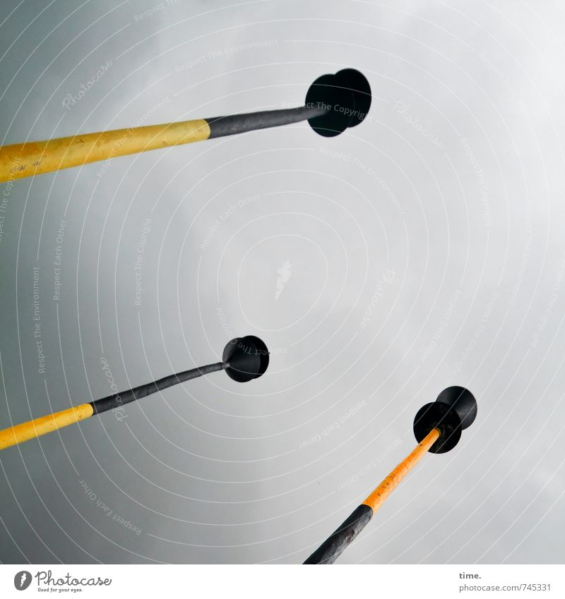 Hütchenstangen Himmel Wolken schwarz gelb lustig Holz Linie groß bedrohlich Sicherheit Zeichen Neugier geheimnisvoll Zusammenhalt Schifffahrt Partnerschaft