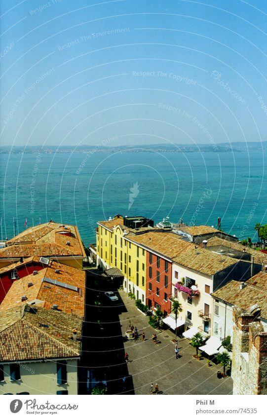 Sirmione Gardasee See Sommer ruhig Erholung harmonisch Italien Europa Physik Flair Dach Straße blau Wasser Himmel Farbe Lampe Wärme Kontrast sättigung