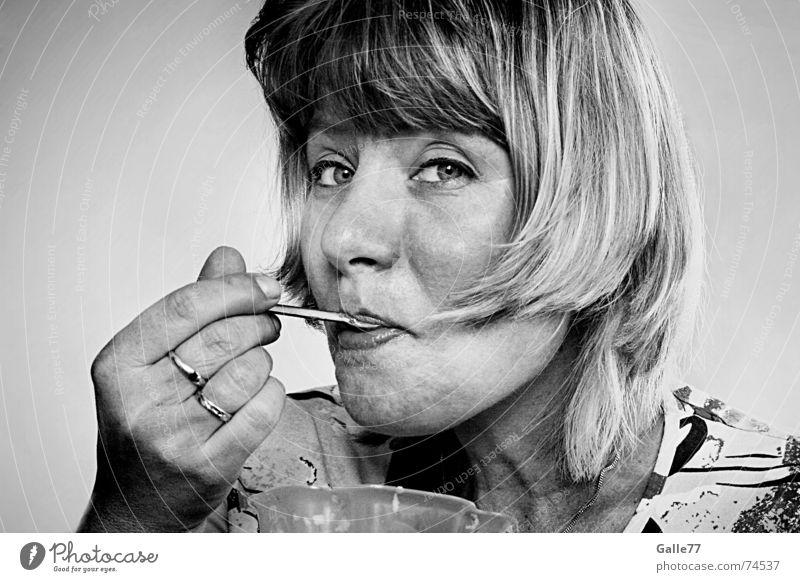 sag mir wie es schmeckt! Porträt Frau genießen Löffel Becher lecker lutschen Dessert Ernährung Eis mmmh Blick Gesichtsausdruck Essen