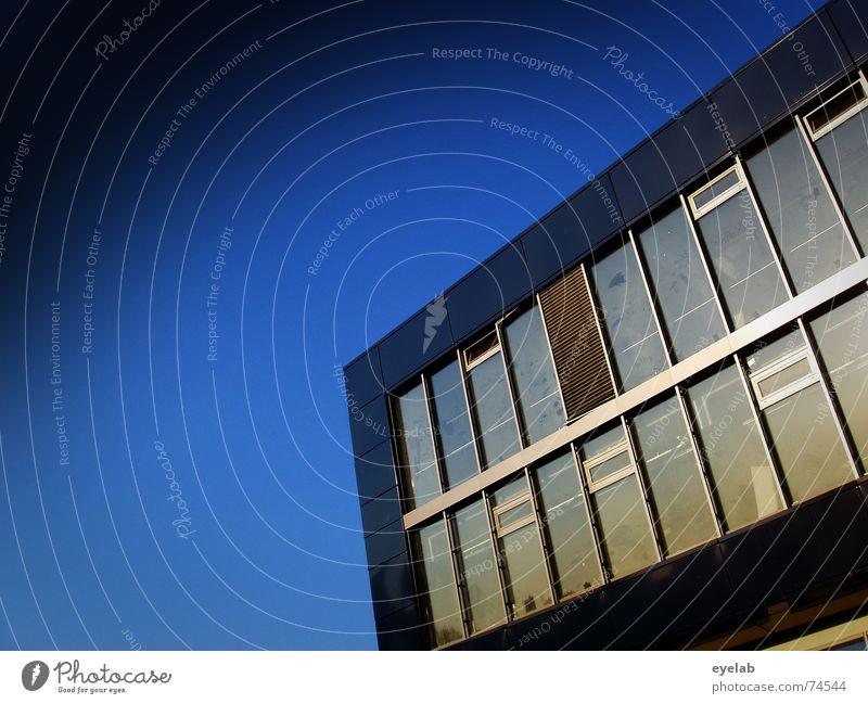 Mal nix am Himmel blau Stadt Haus Wolken Arbeit & Erwerbstätigkeit Fenster grau Gebäude Hochhaus Hoffnung Sehnsucht Fernweh Heimat Heimweh Feierabend