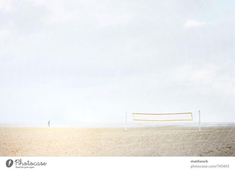 moment Mensch Himmel Natur Ferien & Urlaub & Reisen blau weiß Wasser Sommer Meer Wolken Strand gelb Wärme gehen Sand hell