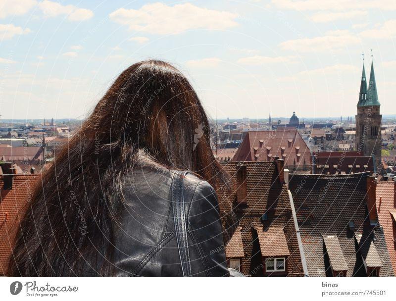 Mensch Jugendliche Ferien & Urlaub & Reisen Stadt Junge Frau Freude 18-30 Jahre Ferne Erwachsene Fenster Wand feminin Architektur Mauer Gebäude Freiheit