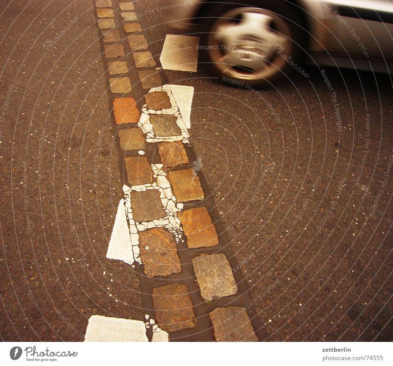 Überfahrt Straße Mauer PKW Schilder & Markierungen Asphalt Spuren Rad historisch Wiedervereinigung Zonengrenze Gedächtnis Fahrradweg Todesstreifen