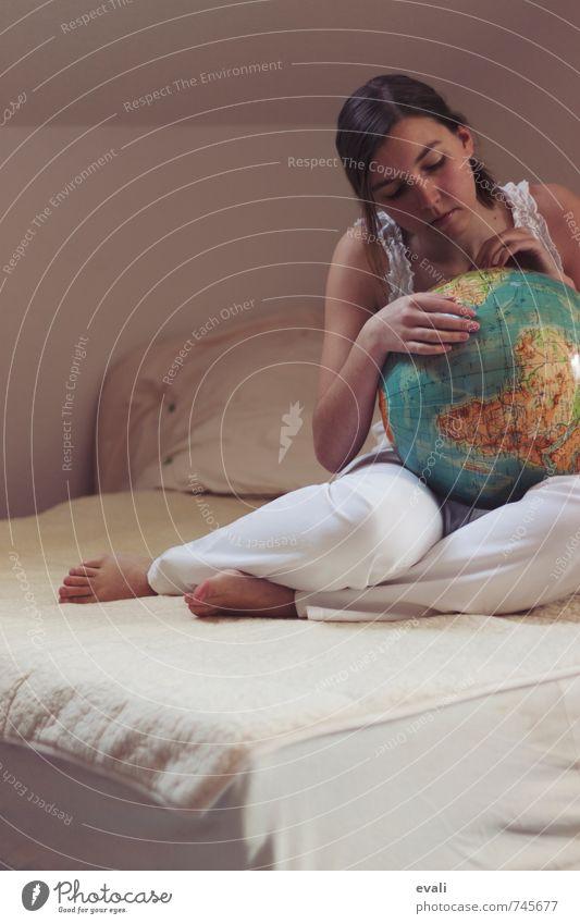 Eine Weltreise planen Mensch feminin Junge Frau Jugendliche Erwachsene 1 13-18 Jahre Kind 18-30 Jahre Globus berühren festhalten sitzen weiß Vorfreude