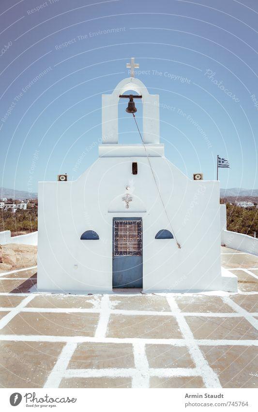 Kleine griechische Kapelle mit Flagge Ferien & Urlaub & Reisen blau alt weiß Sommer Einsamkeit Wand Architektur Mauer Religion & Glaube Tourismus authentisch