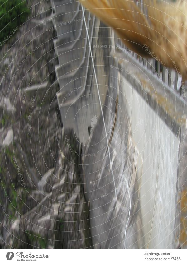 Bungee Jump springen Beton Stausee Mauer verrückt Mensch Seil