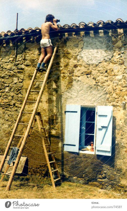 Gefahrensucher (classic style) Oberkörper Blick Sommer Leiter Mann Erwachsene Mauer Wand Dach Neugier Vorsicht gefährlich Perspektive Fotograf Dachziegel