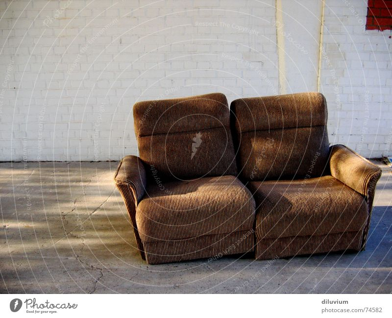 come and take a  seat Mauer Beton sitzen Sofa Streifen gemütlich Sitzgelegenheit