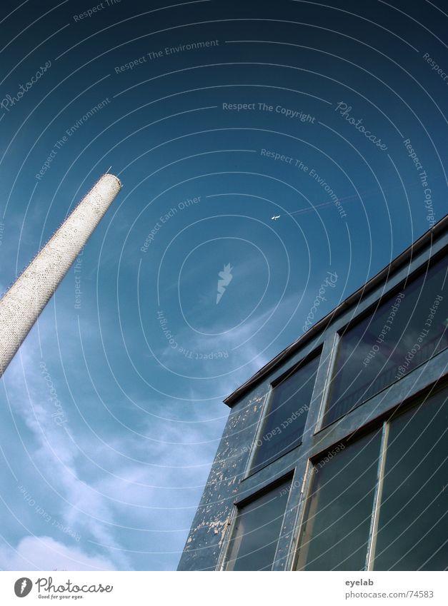 Dick & Doof Haus Gebäude Himmel weiß grau Wolken Flugzeug Luft Fenster Abgas Industriefotografie Backstein Emission Grunge Schornstein chimney building sky blau