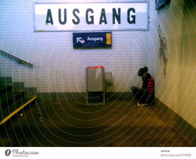 Kein Ausweg sehend & doch nicht ohne Ausweg. Treppe Schilder & Markierungen blau gelb rot Müllbehälter Streifenpullover Mädchen Tag