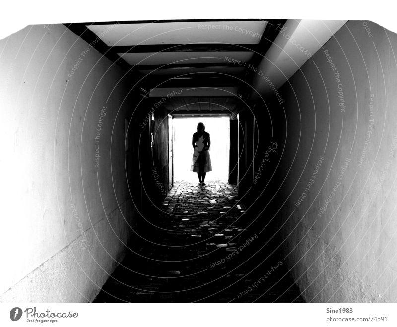 Licht am Ende des Tunnels tief dunkel Gasse feminin Frau Holz Wand schwarz weiß Einsamkeit Denken Außenaufnahme hell Mensch Decke Balken Schwarzweißfoto