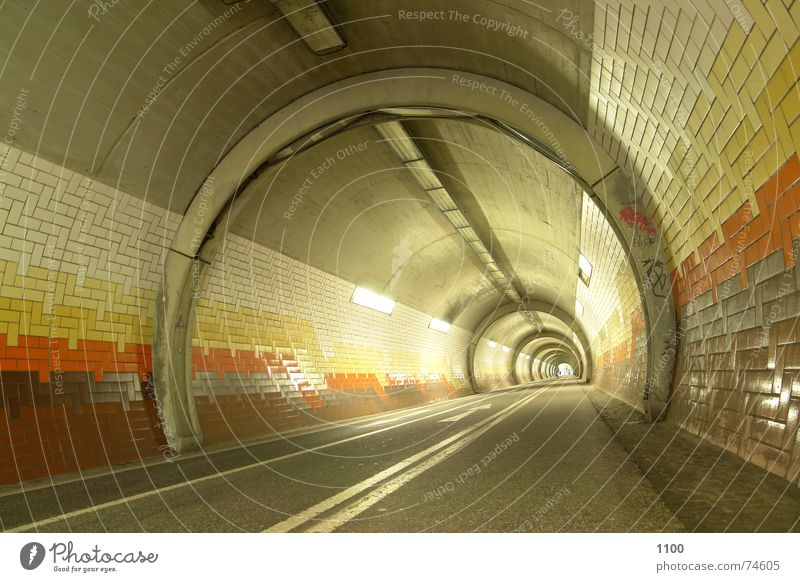 Tunnelblick Licht Beton Neonlicht Horizont Beleuchtung Richtung vorwärts Durchgang unterirdisch Unterführung hell Straße Wege & Pfade Fliesen u. Kacheln Pfeil
