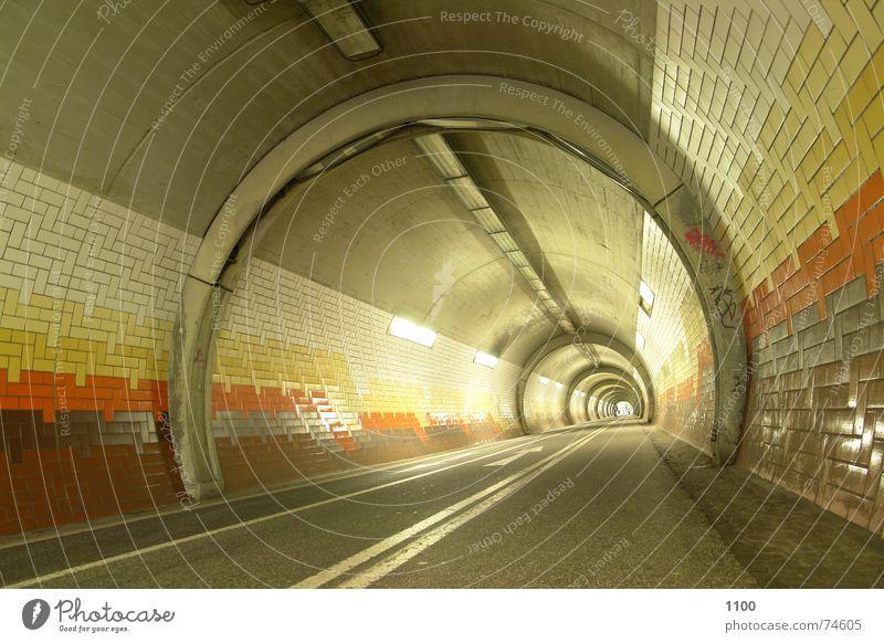 Tunnelblick Straße Berge u. Gebirge Wege & Pfade hell Beleuchtung Beton Horizont vorwärts Fliesen u. Kacheln Pfeil Tunnel Richtung Neonlicht Durchgang unterirdisch Unterführung
