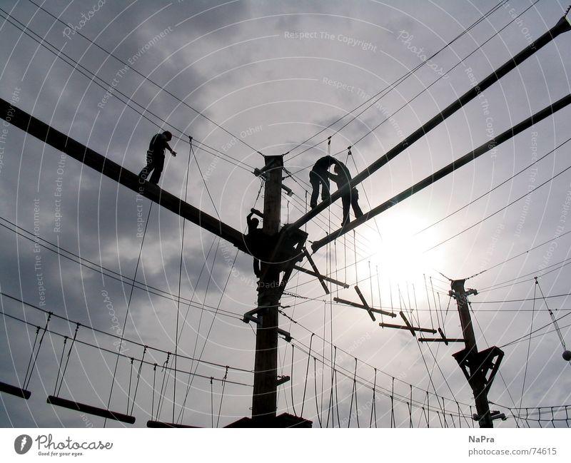 In den Seilen hängen Himmel Sonne Freude Sport Kraft Angst Seil Sicherheit Aktion Elektrizität Klettern Vertrauen Mut Draht Sportler Bergsteiger