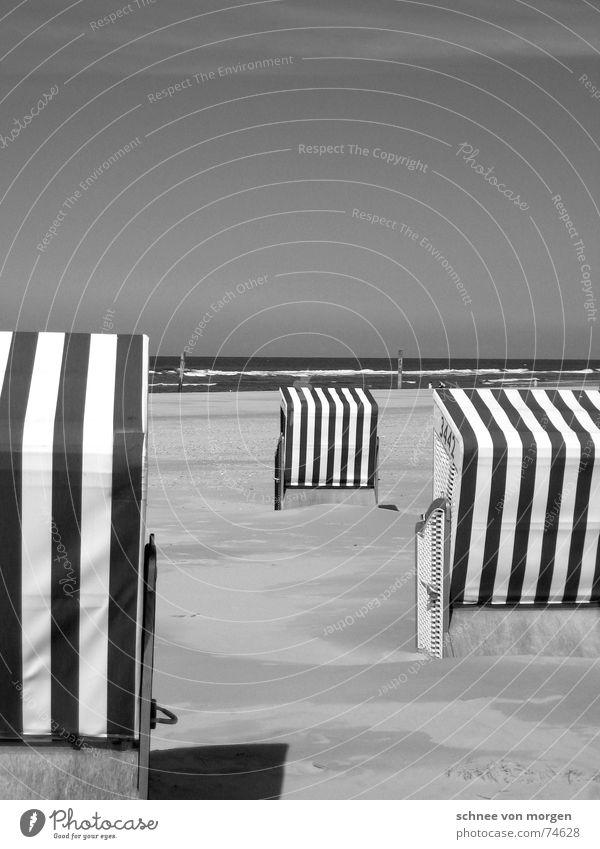 leben in s/w (1) See Strand Strandkorb Ferien & Urlaub & Reisen Meer Umwelt Streifen rechts Richtung ruhig Wellen Schwarzweißfoto Sommer Wasser Natur Himmel