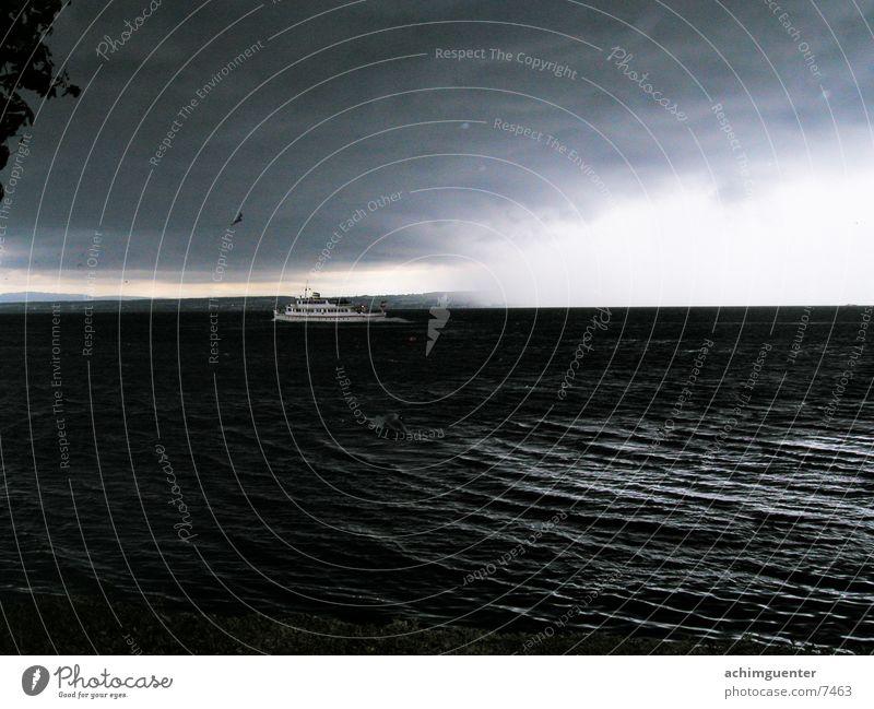 Und die Erde geht unter... Wasser schwarz Wolken dunkel See Regen Wasserfahrzeug Horizont gefährlich bedrohlich Sturm Gewitter Bodensee Hagel